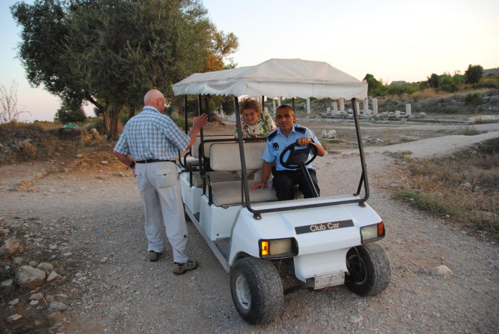 Side Antik kenti Golf Arabasıyla geziliyord